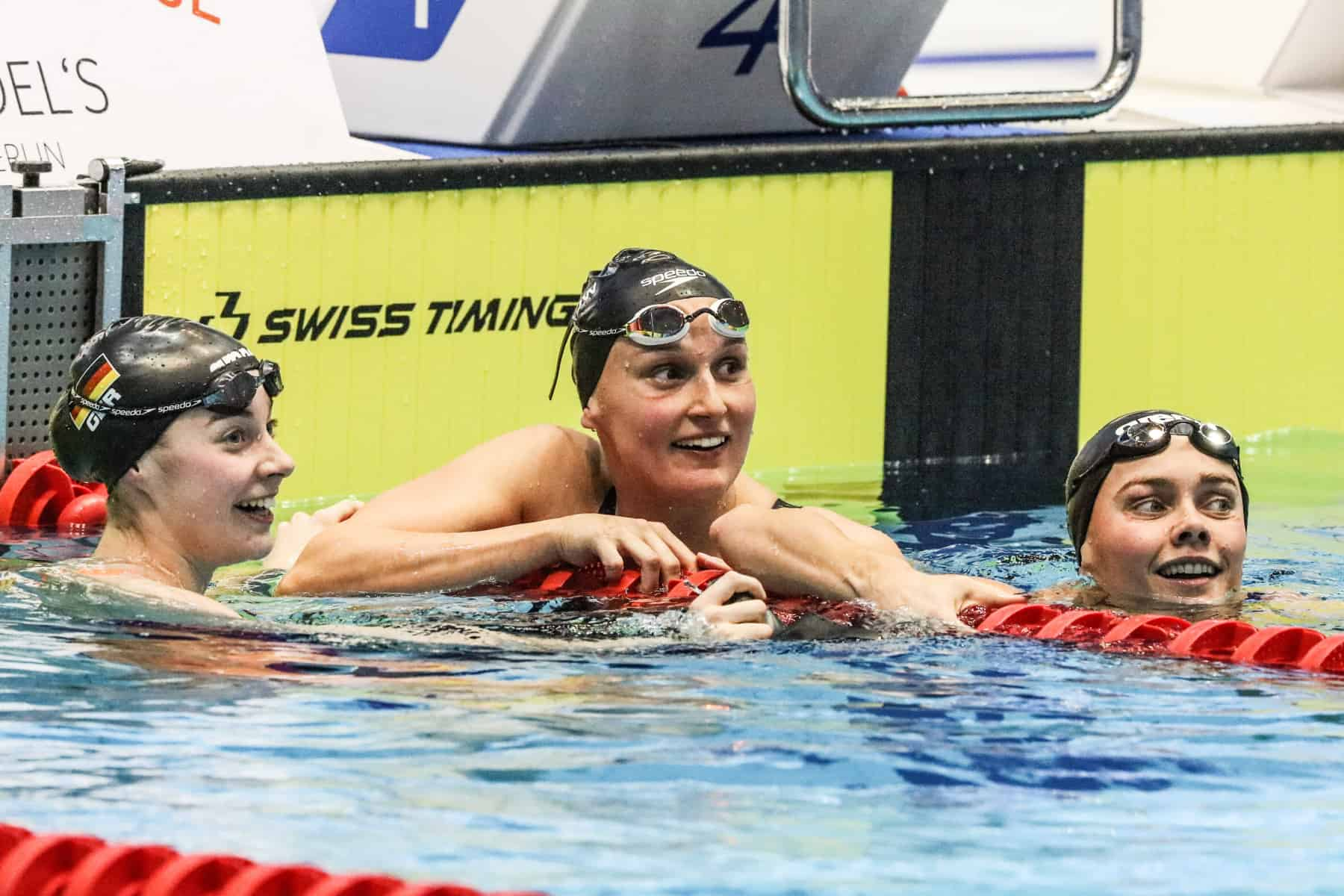 Über 100 Meter wird es ganz eng: Nach 53 Sekunden hat Annika Bruhn ihre Hand als Erste an der Wand. Silber geht an Lisa Höpink (links), Bronze an Jessica Steiger.