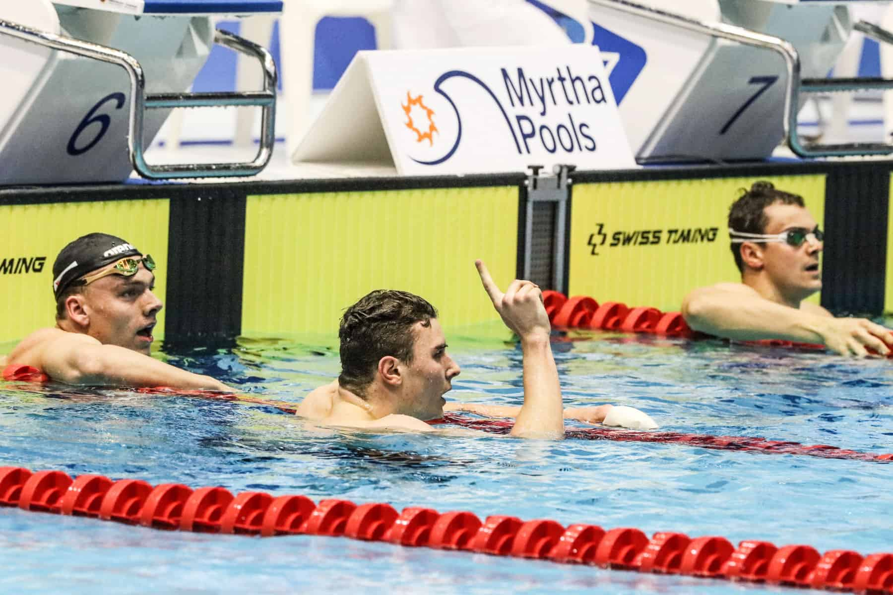 Der Schwimmer von der SG HT 16 Hamburg jubelt über die Goldmedaille.