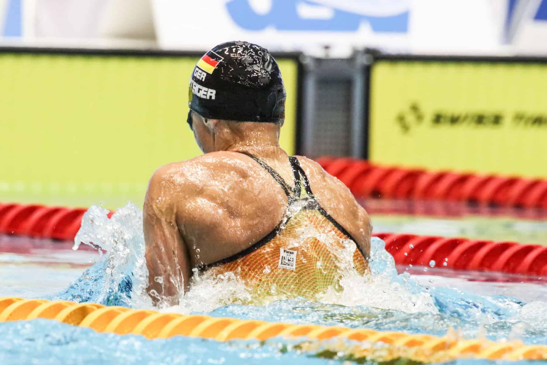 Fast nur ihren Rücken sehen Jessica Steigers Finalgegnerinnen über 100 Meter Brust.