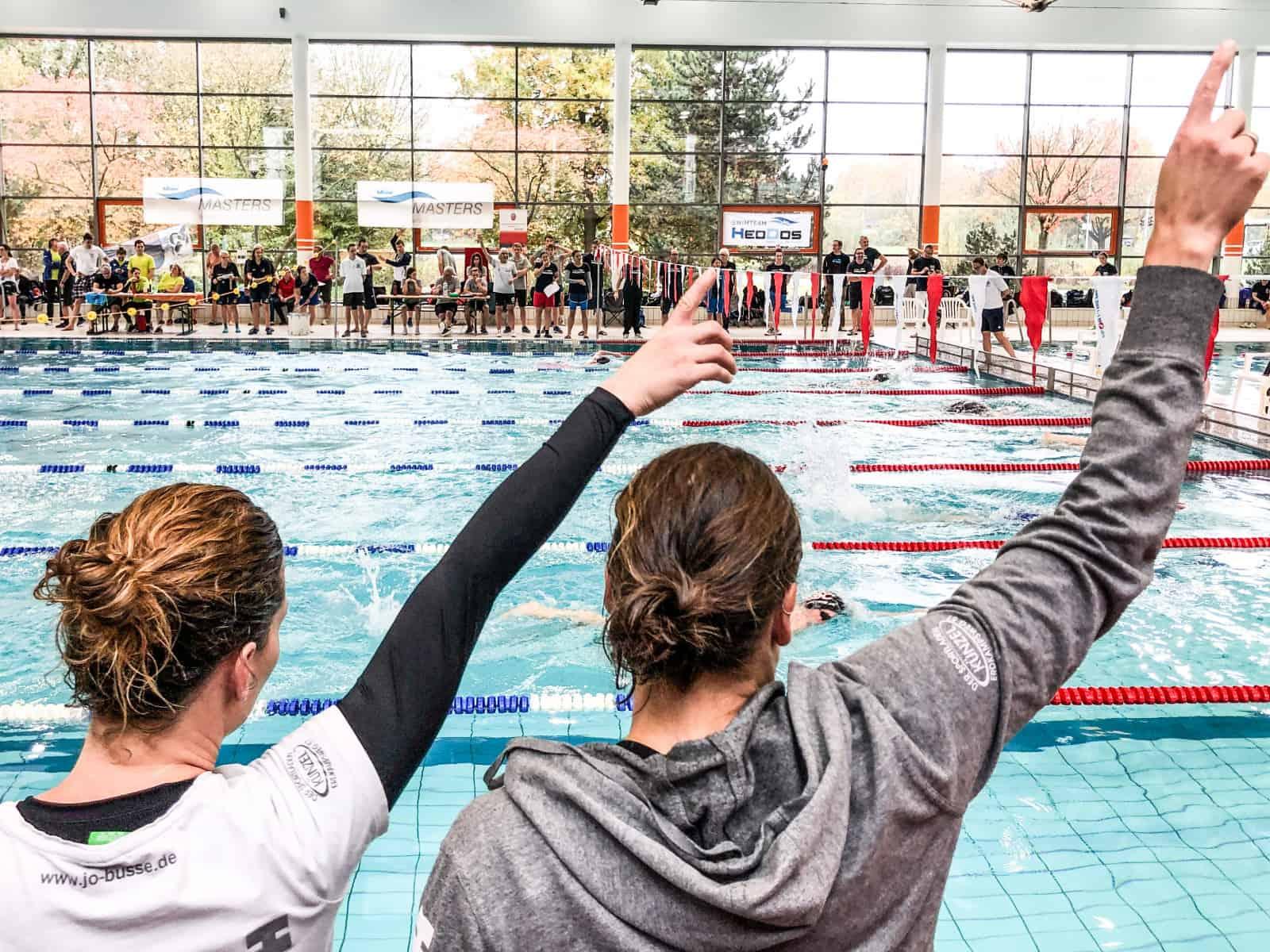 Da geht es lang: Zwei Athletinnen vom Hamburger Schwimm-Club feuern einen Teamkollegen an.