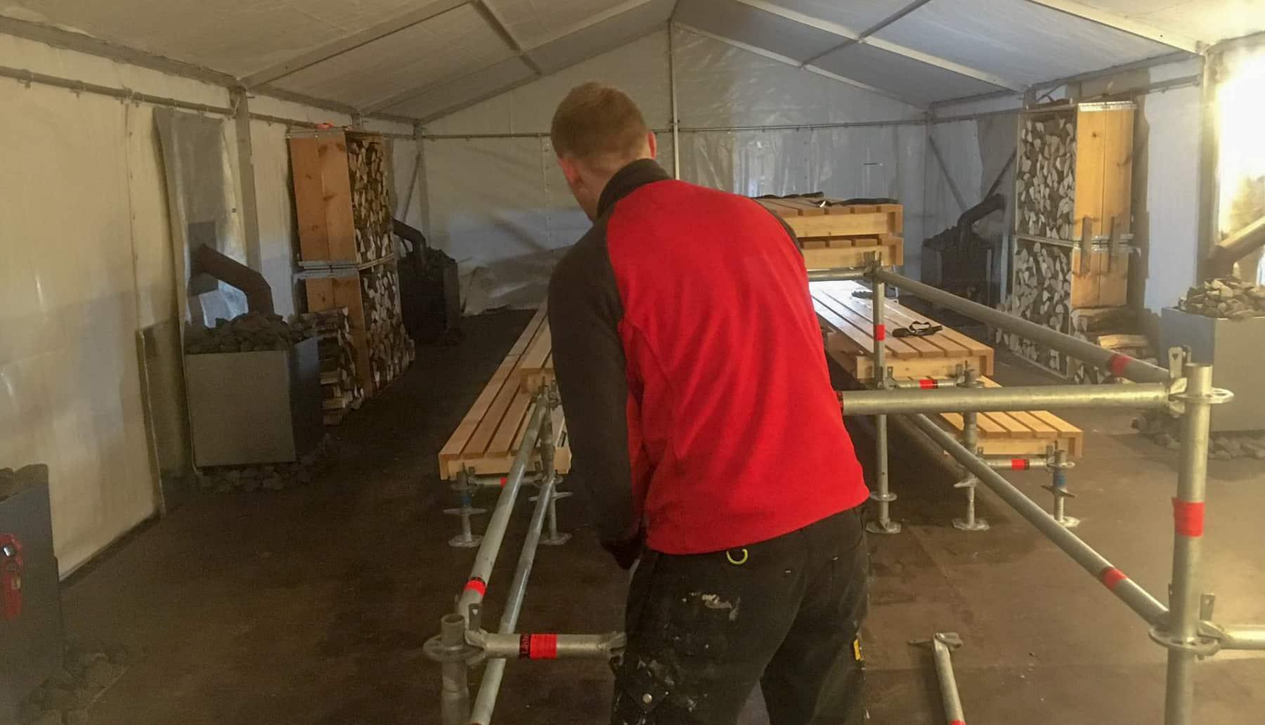 Neben dem Wettkampfpool wird noch schnell eine Sauna aufgebaut.