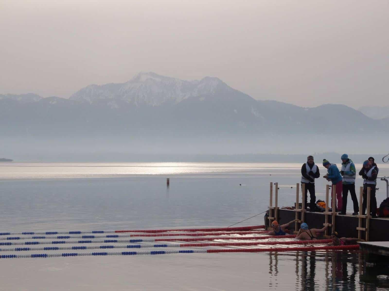 Kaltes Wasser im Chiemsee? Kein Problem für die Eisschwimmer bei Eiskönig in Prien.