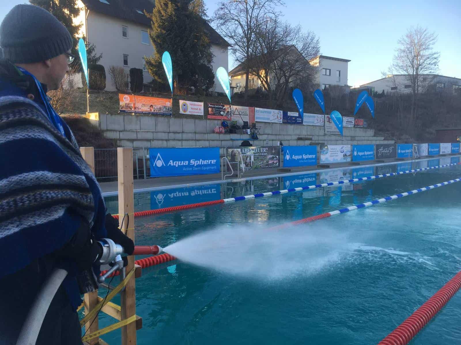 Cool, cooler, Eisschwimmen: In Veitsbronn schwimmen die Athleten bei 2,7 Grad Wassertemperatur.