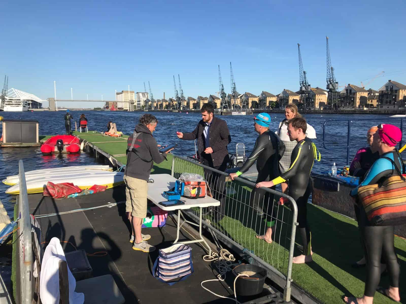Freunde des Freiwasserschwimmens suchen nach Feierabend die Royal Docks in London auf.