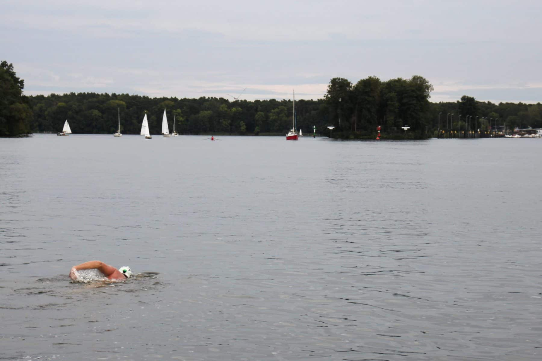 Matthias Kaßner schwimmt 30 Kilometer um die Müggelberge in Berlin.