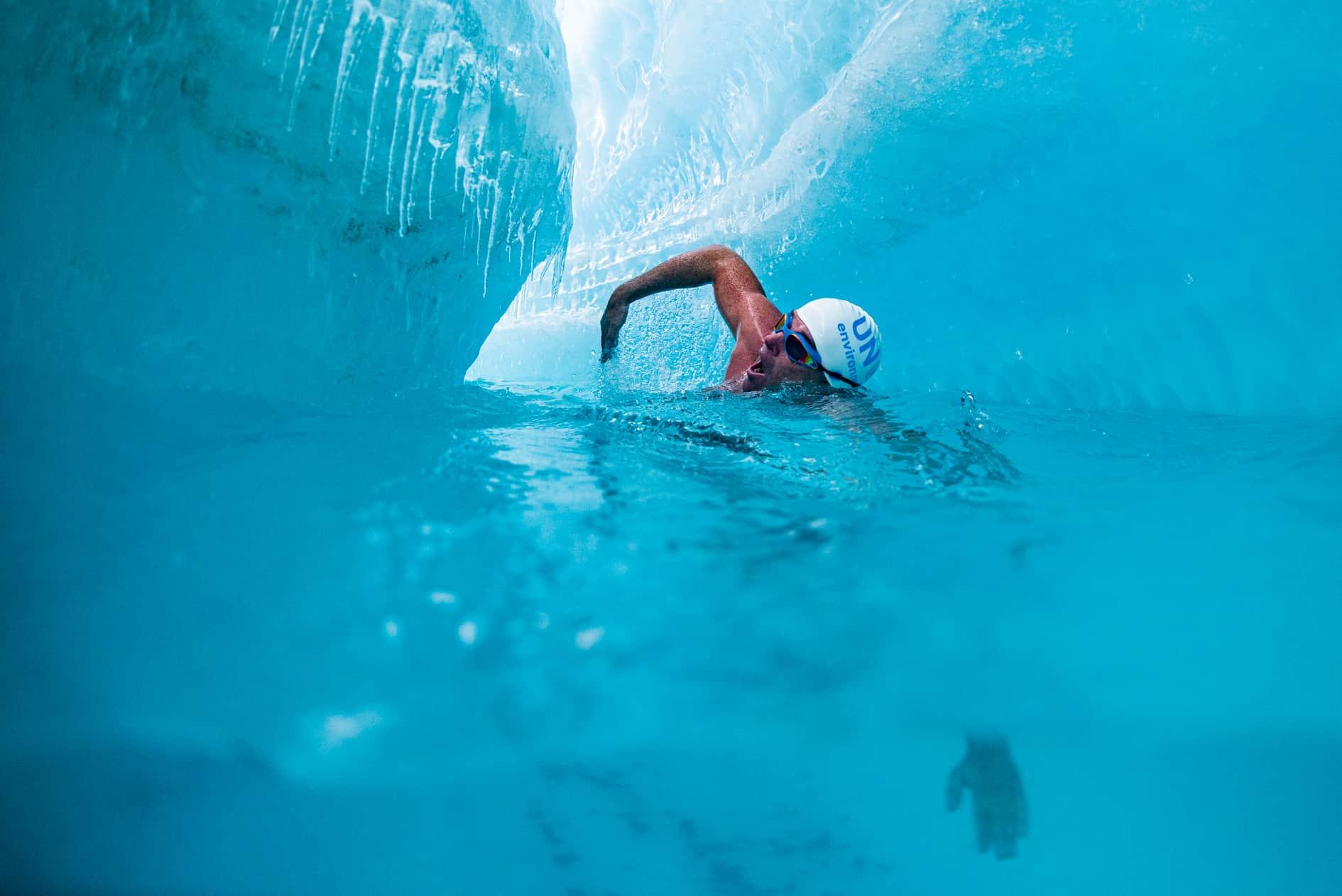 Lewis Pugh schwimmt in der Antarctis, um auf die Folgen des Klimawandels hinzuweisen.