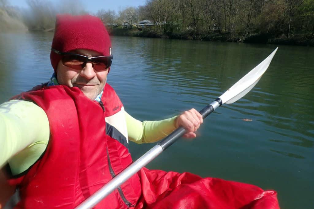 Martin Tschepe fährt Kajak im Neckar